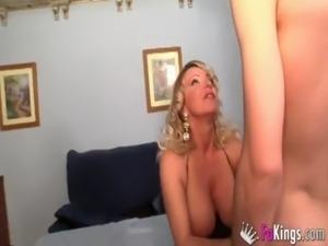 Puta mamadora tetona y nalgona madura se traga la verga de un joven free