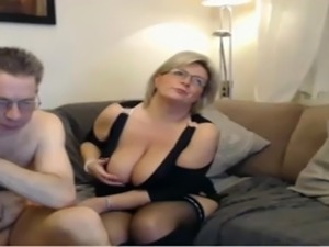 girls showing tits on webcam messengers
