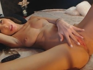 Sexy Amateur Cam Babe Enjoys Toying Her Pussy