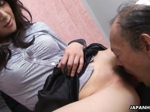 she eats cum from pussy