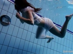 Long hair teen with nice ass loves performing teases underwater