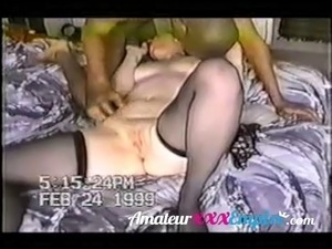 black milf shws off ass