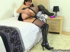 petite cougar riding huge cock