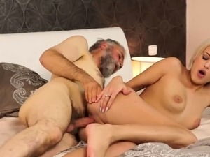 girl gets pussy pounded first time